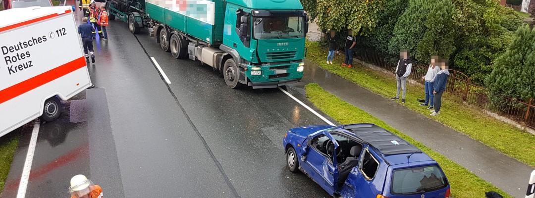 Autofahrerin übersieht LKW beim Auffahren auf Bundesstraße