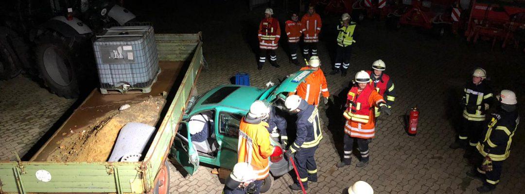 """Dienst Verkehrsunfall """"Auto unter Anhänger"""""""