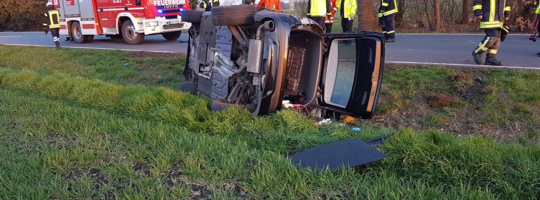 Fahrzeug bleibt nach Verkehrsunfall auf Seite liegen