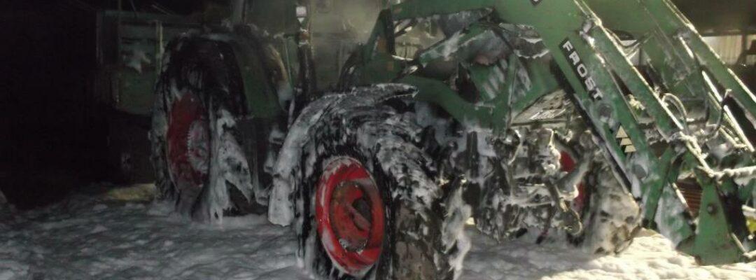 Traktor durch Brand zerstört